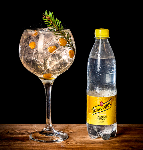 Pa-myren_med-flaska_Sveriges-Basta-Gin-Tonic-2016_foto-Schweppes