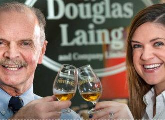 Man och kvinna som skålar i whisky