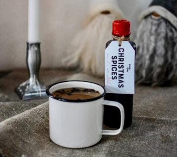 En kopp varm dryck –kanske GT-glögg –och en av Swedish Tonics fina hemförseglade flaskor