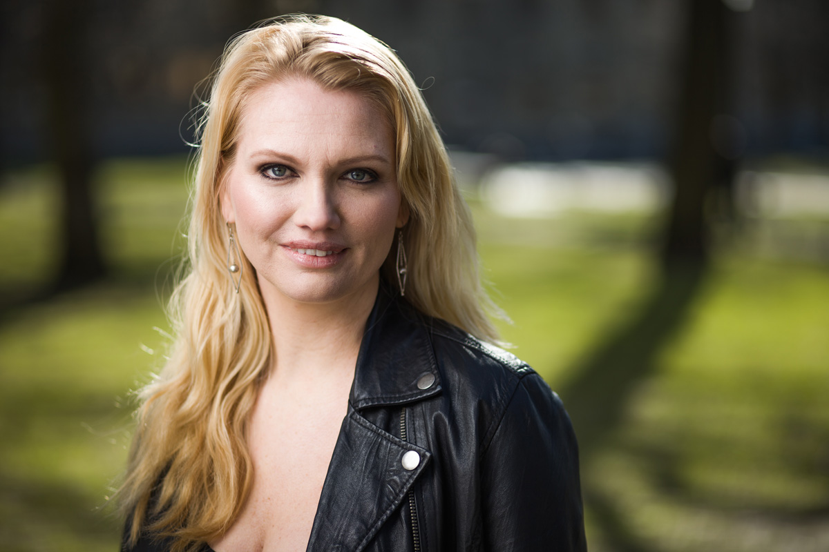 Chefredaktör Emma Andersson fotograferad uomhus.