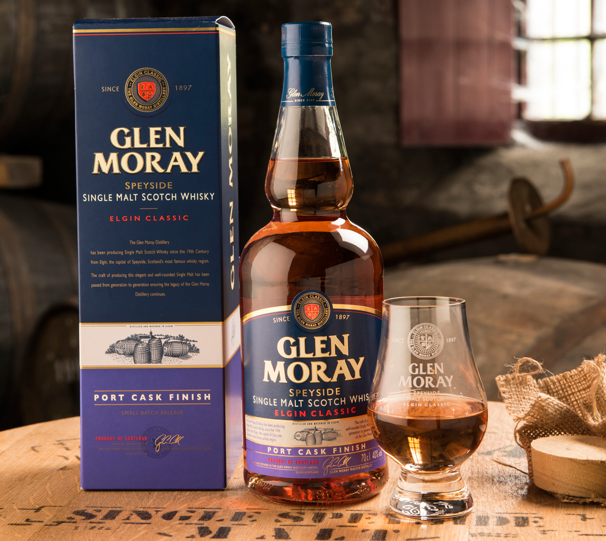 En flaska Glen Moray Port Cask finish med kartong och glas.
