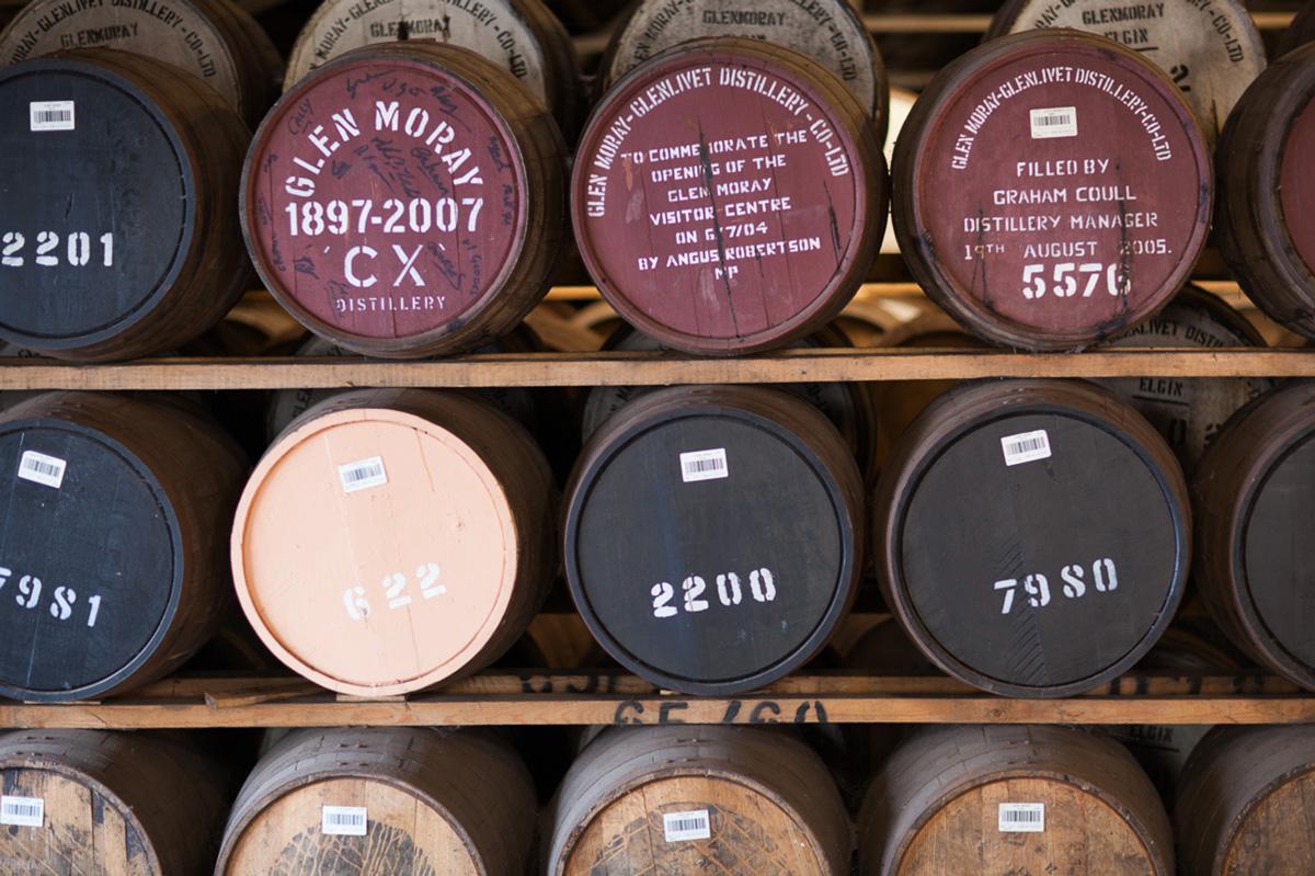 Ett antal Glen Moray-fat liggandes att mogna till god whisky. Här ser vi sherryfat och andra. Vad kan döljas däri?