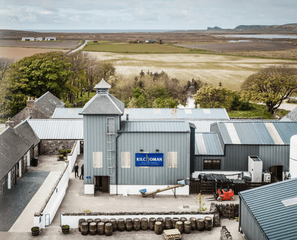 Flygbild över Kilchoman Distillery, Islay..