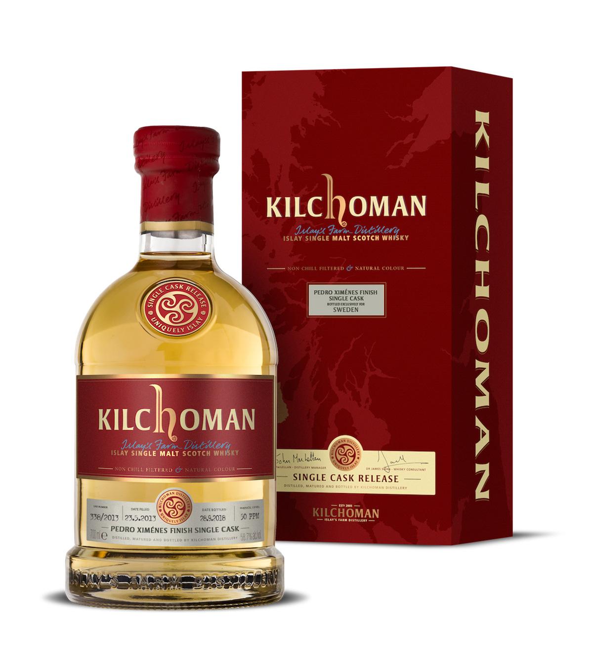 En flaska läckert gyllene Kilchoman Pedro Ximenes-whisky prålar i sin prakt snett framför sin rosröda kartong.