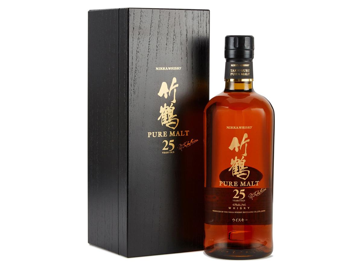 En 25 år gammal japansk Taketsuru-whisky, glödande likt lava i kontrast mot det svarta schatullet.
