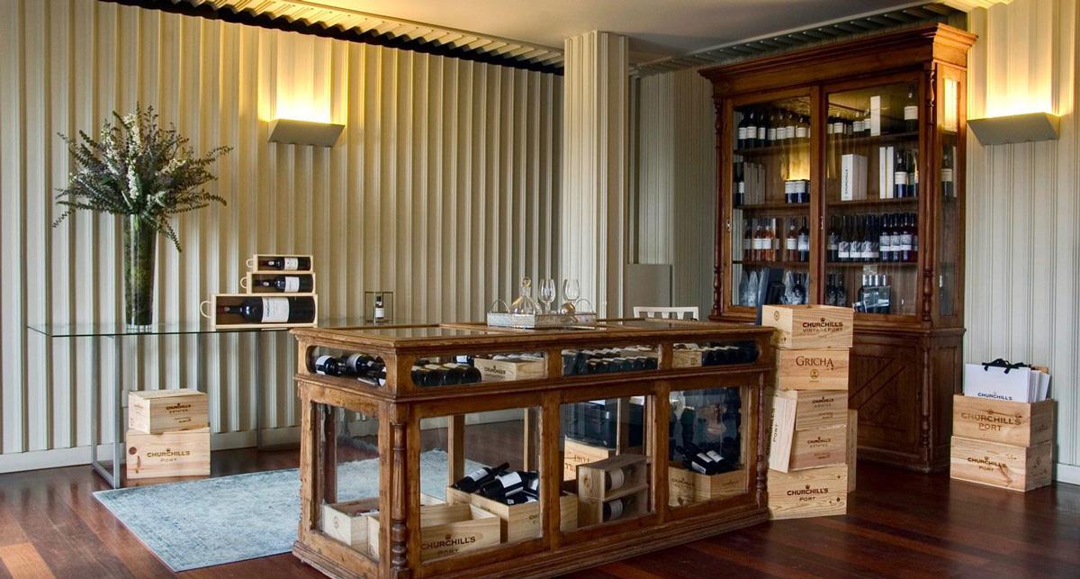 Besökscentret på Churchill's portvinsgård. Ett vackert bord, flera portvinsflaskor och en varm atmosfär.