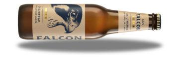 Här svävar en Falcom Pilgrim, ett ekologiskt och ofiltrerat lageröl med något lägre alkoholstyrka.
