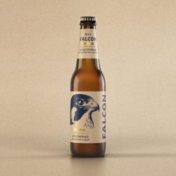 Stående på en kartongfärgad bakgrund med ekologisk känsla, står en Falcon Pilgrim. Ett ekologiskt, ofiltrerat lageröl med något lägre alkoholhalt.