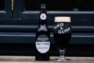 Vinnarölen från Imagine & Gunn-tävlingen 2018 heter Koge's Choice och är en stout med pepparkakor. Här är flaskan och ölet upphällt på glas.