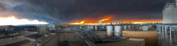 """panoramabild över Sierra Nevadas bryggeri i Chico, USA och """"Camp Fire""""-skogsbranden intill."""