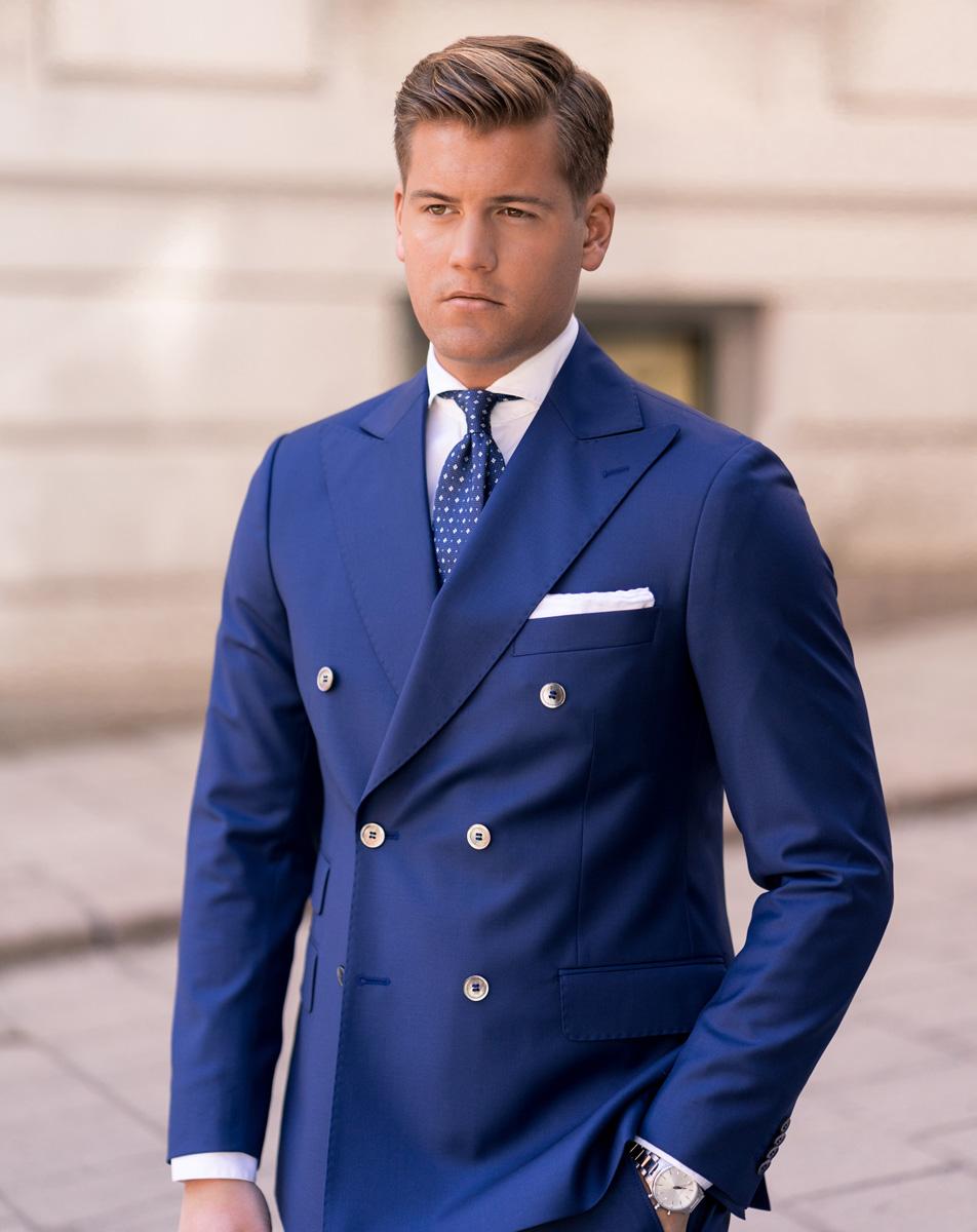 färg på fluga till blå kostym