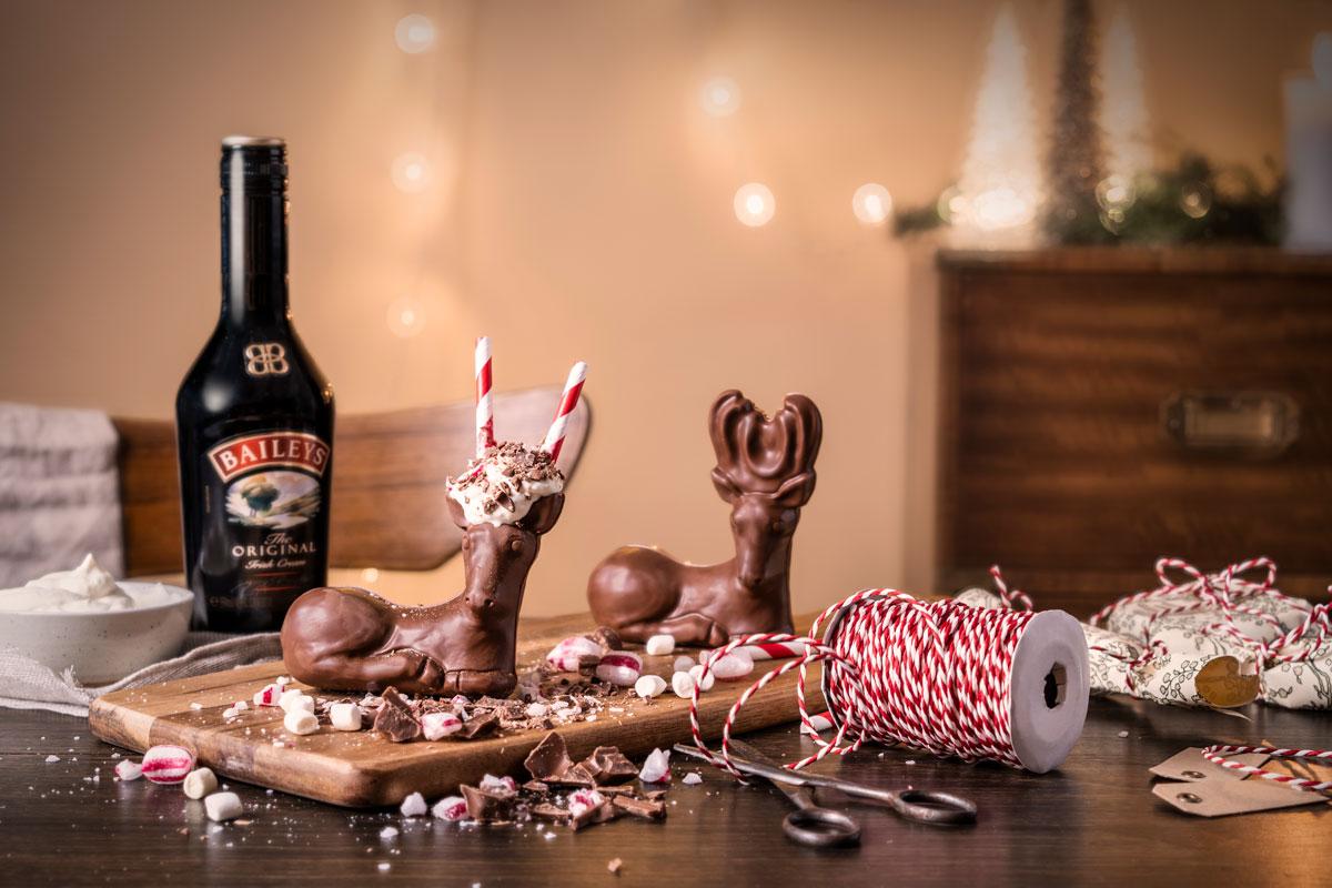 En uppställd bild på Baileys chokladrenar och flaskor