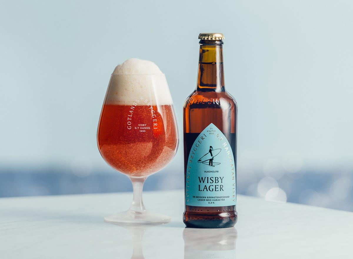 En flaska Wisby Lager Alkoholfri och öl upphällt i ett glas